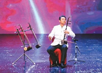 图为著名胡琴演奏家杨积强表演胡琴联奏《难忘的旋律》