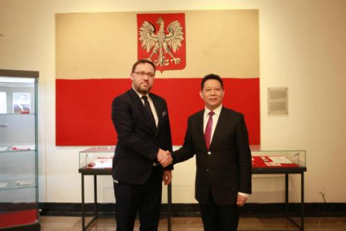 杨兴平与波兰外交部副国务秘书齐卡科合影留念