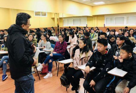 """爱华中文学校副校长陈坤为学生讲述""""丝绸之路的前世今生""""。"""