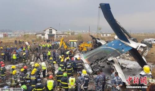 据悉,飞机坠毁后很快起火,机场跑道冒出滚滚浓烟。《加德满都邮报》指出,所有进出机场的航班都被取消。
