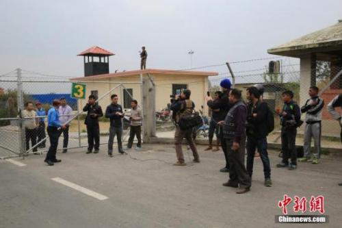 孟加拉国US-Bangla航空公司一架飞机3月12日下午在尼泊尔加德满都特里布万国际机场跑道附近坠毁。图为事故机场附近。<a target='_blank' href='http://www.chinanews.com/'>中新社</a>记者 张晨翼 摄