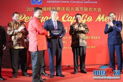 图为班达楠榜市政府代表在联欢会上给桂林市外侨办副主任余治水赠送礼品。 陆汉宝 摄