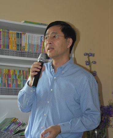 华星艺术团副团长徐华主持讲座。
