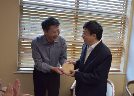 休斯敦华星艺术团书法家 黄鑫把自己收藏的好茶赠送给尹小林教授。