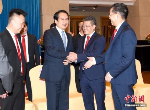 3月13日,中国国务院侨务办公室副主任谭天星在北京会见荷兰文成同乡会访问团一行。中新社记者 张勤 摄