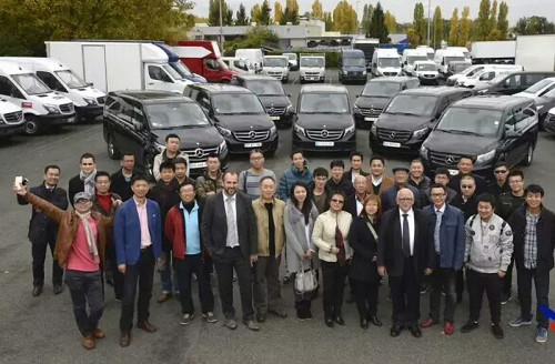 2015年春法国持证司机(兼导游)第一批团购奔驰商务车。(《欧洲时报》)