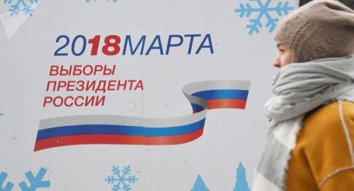 图中的背景为俄罗斯2018年总统选举宣传海报。图片来源:俄罗斯卫星网