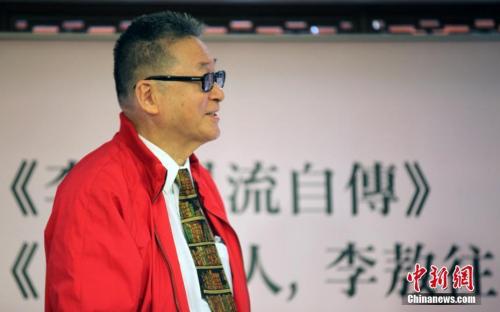 图为2015年4月23日,即将迎来80岁生日的作家李敖在台北发表新作《李敖风流自传》、《虽千万人,李敖往矣》两本新书。<a target='_blank' href='http://www.chinanews.com/'>中新社</a>记者 刘舒凌 摄