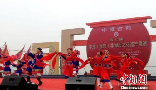 图为来自内蒙古自治区的蒙古族安代舞。 刘鹏 摄