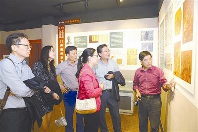 任鹤林为来博物馆的参观者讲解年画的历史。