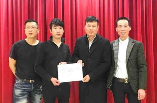 意大利威尼托华侨华人工商联合会秘书长王士晃(右二)向困难家庭亲友转交善款。来源:欧联网