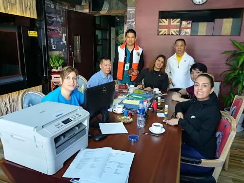 委领事部人员在帮助侨胞办证。