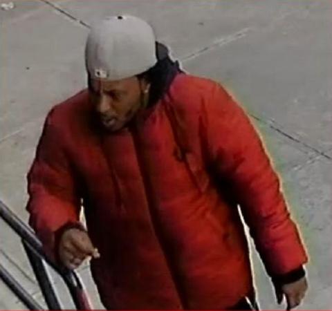 该男子涉嫌在法拉盛、贝赛等地抢劫多名女子。(美国《世界日报》/警方提供)
