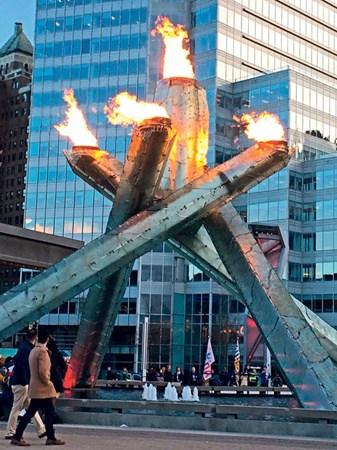 温哥华旅客数字连续4年创新高。图为市中心海旁的奥运火盆。(加拿大《星岛日报》)