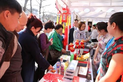 中国手工艺品受欢迎。