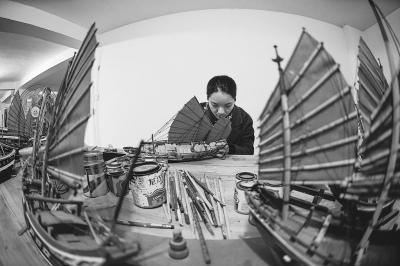 艺人在制作福船,微缩的船身里五脏俱全。