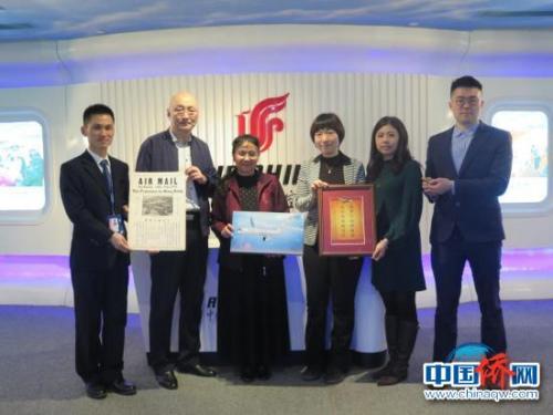 招思虹(左三)、中国华侨历史博物馆前馆长黄纪凯(左二)与国航工作人员合影 受访者供图