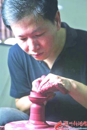 章海元在制作潮州手拉壶。