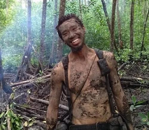 森林中的求生训练非常困难,梁明昌满身都是污泥。(马来西亚《星洲日报》图片)