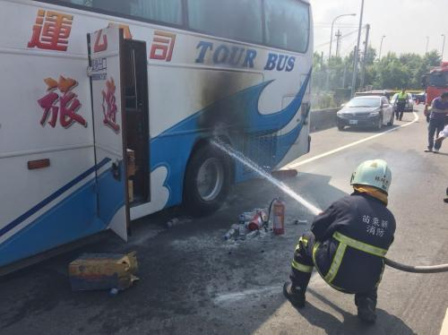 台湾一辆载有19名大陆游客的游览车27日在苗栗县行驶时突然爆胎并冒火,滑行约500米,火势被及时扑灭。图片来源:台湾《联合报》