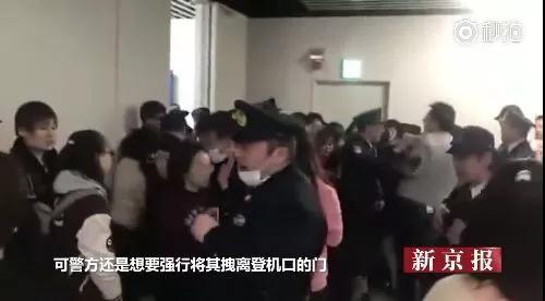 中国游客在日本成田机场高唱国歌。图片来源 新京报