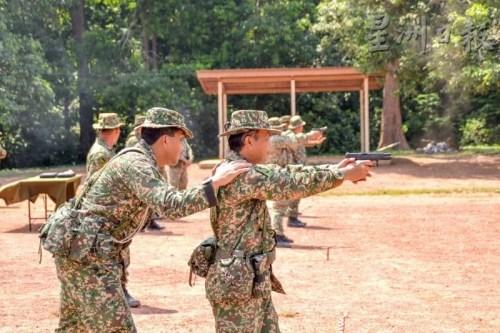 后备军可以从受训中,领会枪械射击的技能。(马来西亚《星洲日报》图片)