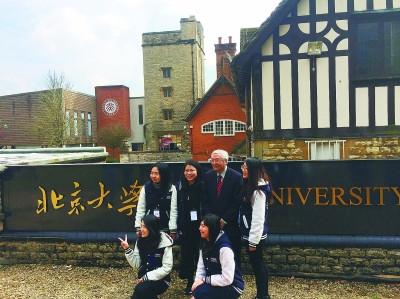 北大师生在英国校区门前合影。图片为林卫光摄/光明图片