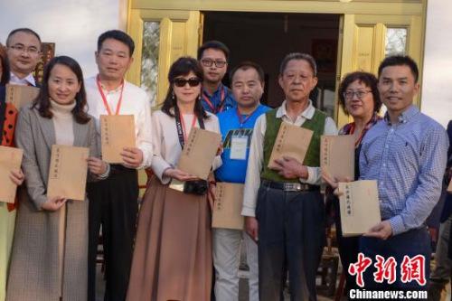 海外华文媒体高层一行感受金桥村家训智慧。 杨华峰 摄