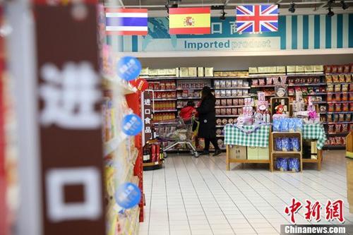 山西太原,民众在超市选购进口商品。 <a target='_blank' href='http://www.chinanews.com/'>中新社</a>记者 张云 摄