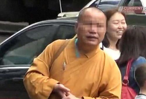 """澳媒:中国游客假扮僧人 在珀斯街头""""化缘""""骗钱"""