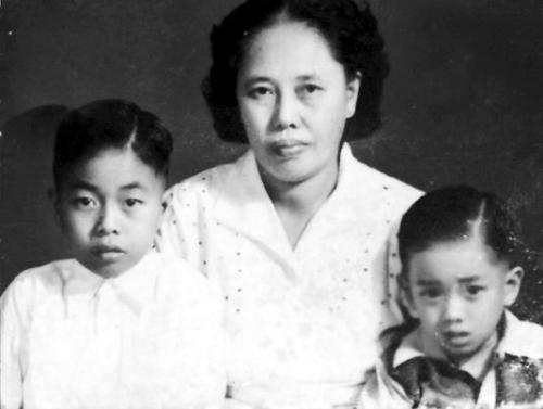 古钦达(右)回国时的护照照片。