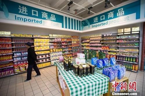 资料图:山西太原,民众正在超市挑选进口商品。 <a target='_blank' href='http://www.chinanews.com/'>中新社</a>记者 张云 摄