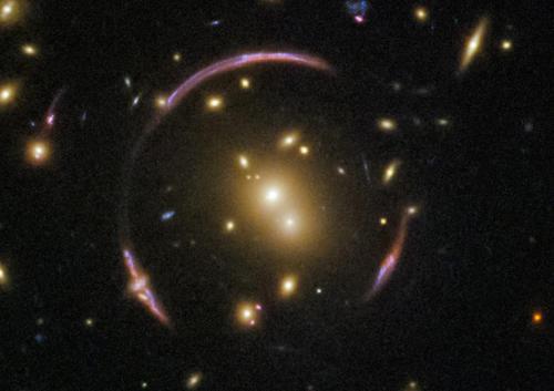 哈勃望远镜拍摄到爱因斯坦环