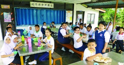各族学生在同一屋檐下共进早餐,关系融洽。(马来西亚《光华日报》)