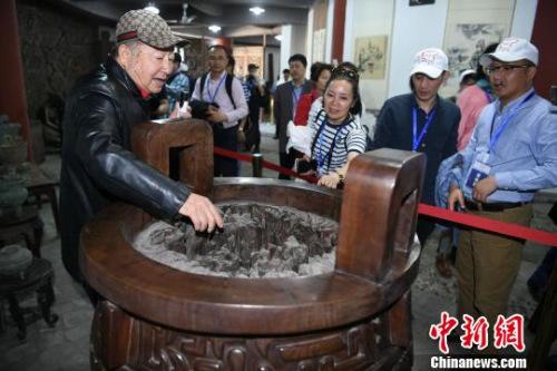 图为海外华文媒体高层参观重庆三耳火锅博物馆。 陈超 摄