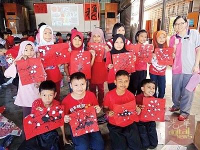 公益各族学生在今年校园内举行的庆祝华人新年活动上,学习挥毫画出梅花,让他们了解中华传统文化。(马来西亚《光华日报》)