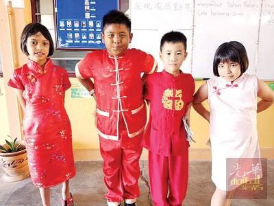 公益各族学生穿上华裔传统服装,一起庆祝华人农历新年。(马来西亚《光华日报》)