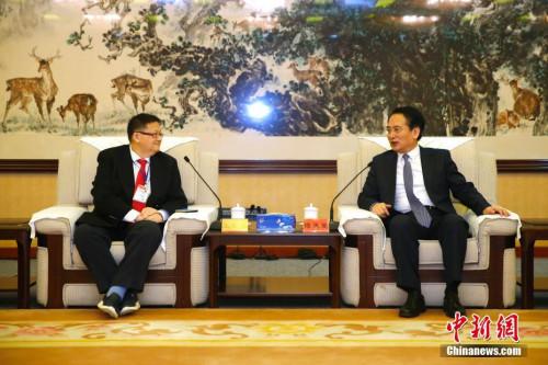 4月3日,中国海外交流协会副会长兼秘书长谭天星在北京会见马来西亚青年总团联合访华团。 中新社记者 富田 摄