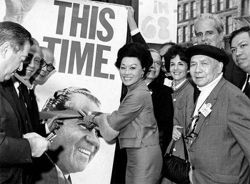 1968年,在纽约曼哈顿的唐人街,陈香梅为尼克松总统竞选总部剪彩。