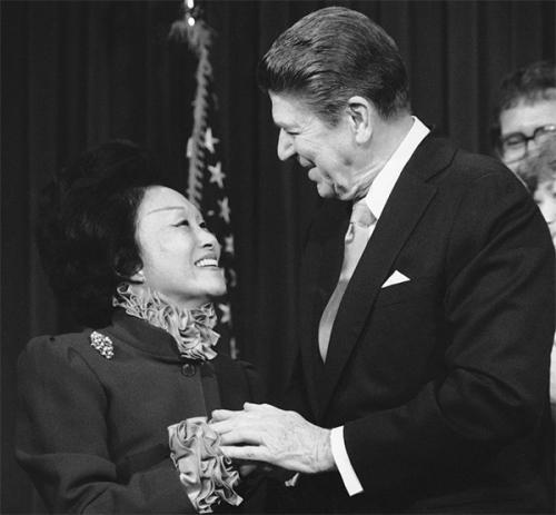 1984年,陈香梅与时任美国总统里根在白宫会面。