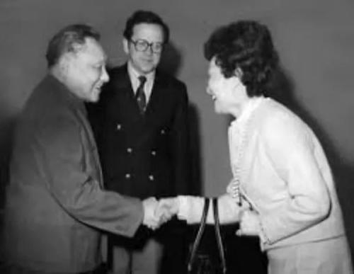邓小平与陈香梅握手的照片被美国媒体纷纷报道