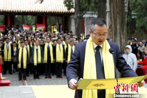 曲阜市人民政府市长彭照辉恭读戊戌年春季祭孔大典祭文。 沙见龙 摄