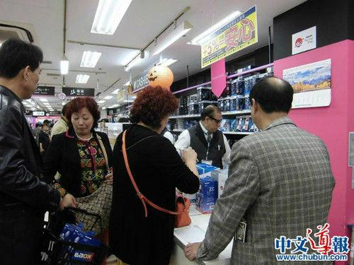 资料图:中国游客在日本购物(图片来源:日本中文导报)