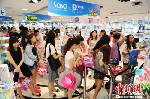 资料图:在香港购物的内地游客。