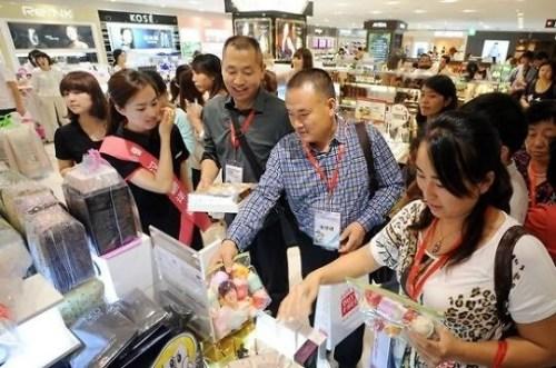 在韩国免税店内购物的中国游客(图片来源:<a target='_blank' href='http://www.chinanews.com/' >中新网</a>)