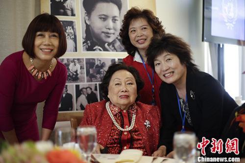 资料图:中国驻纽约总领事章启月(右一)出席陈香梅女士(左二)91岁寿辰图片展。 中新社记者 廖攀 摄