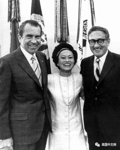 陈香梅与尼克松(左)、基辛格(右)