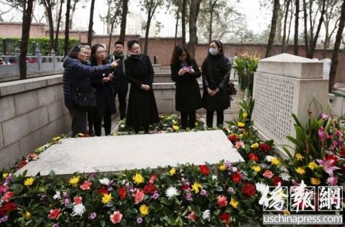 4月4日,清明节前夕,位于北京八宝山革命公墓内的著名旅美侨领司徒美堂的墓碑前花团锦簇,其孙女司徒月桂在墓前祭拜,并敬献鲜花。司徒美堂是洪门元老,著名旅美侨领,中国致公党的创始人之一,其1868年生于广东开平,12岁赴美国谋生,旅居美国的近70年。 图为4月4日,司徒月桂在其爷爷司徒美堂墓前祭拜。 (侨报特约记者卞正锋摄)