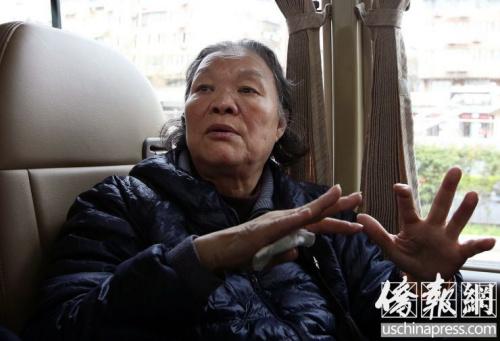 4月4日,司徒月桂接受《侨报》记者采访,在谈到海外华侨为祖国做贡献时湿了眼眶。(侨报特约记者卞正锋摄)