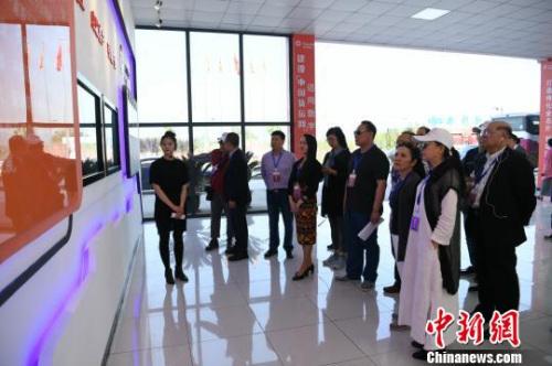 图为海外华文媒体高层在重庆沙坪坝参观,感受重庆内陆开放高地建设。 陈超 摄